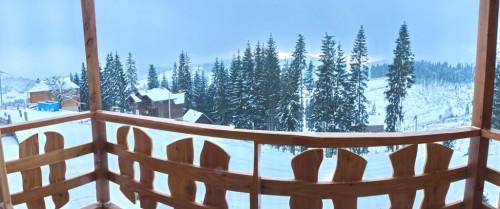 Вид на горы из окна одного из номеров этой гостиницы