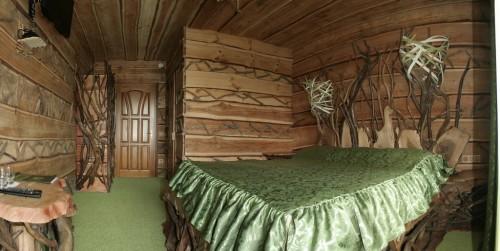 Комната, навевающая болотные ассоциации:) Стены украшены деревяшками и веревками