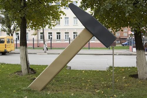 Памятник молотку и гвоздю