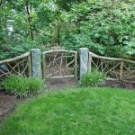 Низкая садовая калитка в том же стиле + невысокий заборчик из необработанных веток