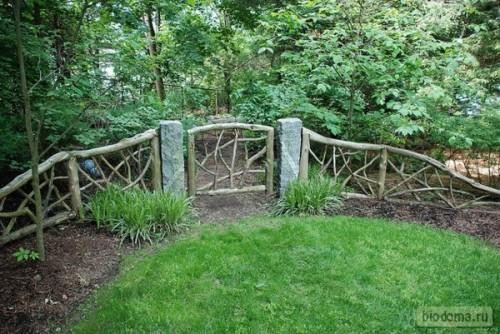 Низкая калитка в том же стиле + невысокий садовый заборчик из необработанных веток