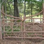 Фигурные ворота из деревянных необработанных толстых веток