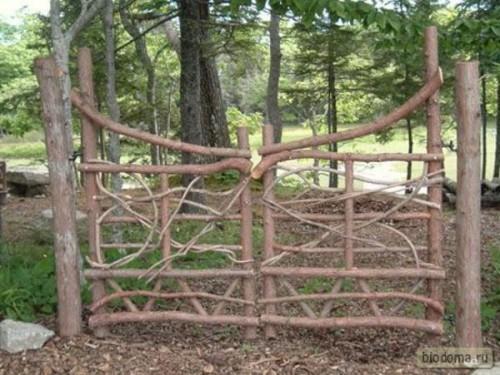 Фигурные ворота из деревянных необработанных толстых веток. Такую конструкцию быстро точно не сделаешь - надо ведь подобрать на 2 створки какие-то похожие ветки...