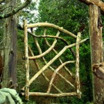 Садовая калитка из дерева подвешена в воздухе