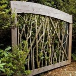 Створки ворот из дерева и веток (фото)