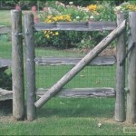 Деревенская калитка обитая сеткой
