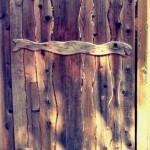Сплошная деревянная калитка из волнистых досок