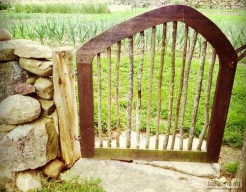 Оригинальный верх, выгнутый дугой, делает эту калитку весьма симпатичной. Да еще если покрасить контрастно по сравнению с забором...