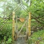 Художественная калитка с растопыренными деревянными крыльями
