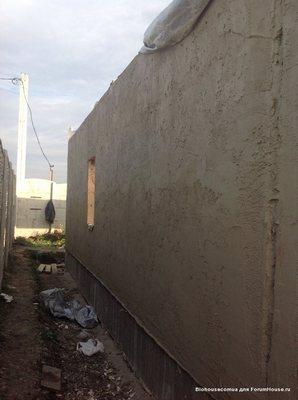 Оштукатуренная стена из соломенных панелей