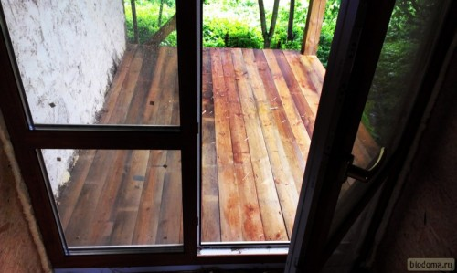 Заливает деревянный пол веранды