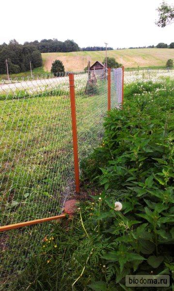 Столбики сетки-рабицы на поле