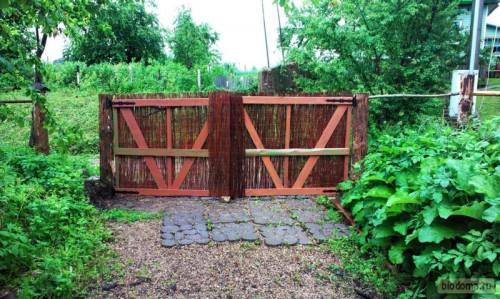 Это ворота с внутренней стороны. Как видите, простой каркас - делается элементарно, не трещит, не шатается:) Доски окрашены.