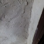 оштукатуренный внутренний угол соломенного дома