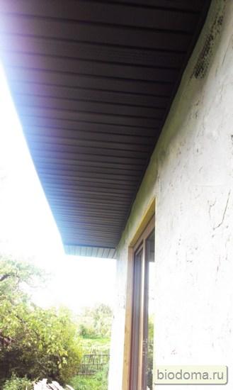 Коричневые виниловые софиты установлены под крышей