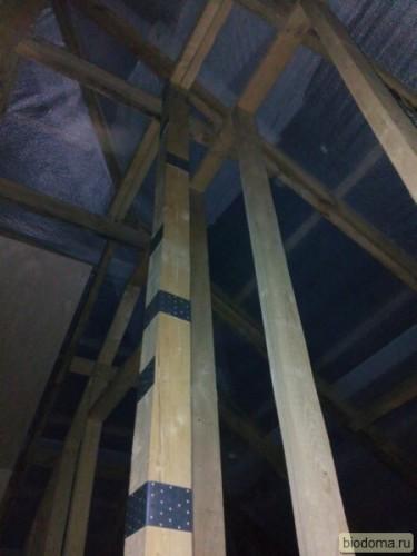 укрепление вертикальной балки в деревянном каркасе