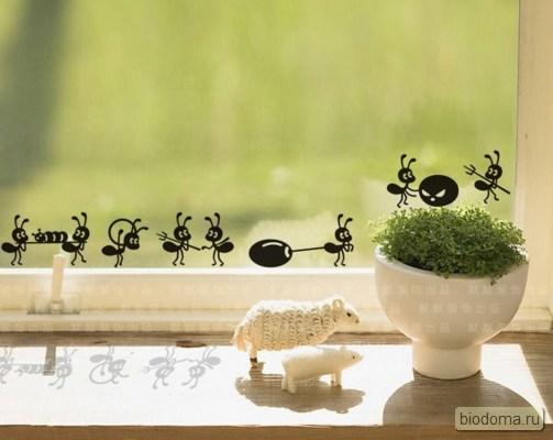 Муравьи-наклейки вместо снежинок на окне