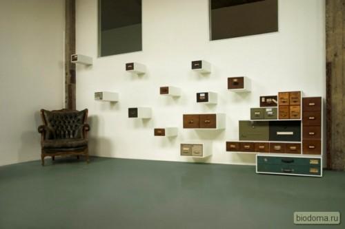 Здесь старые ящики использовали для хранения мелочей и повесили их на стену - под таким большим окном и на белом фоне они смотрятся вполне органично