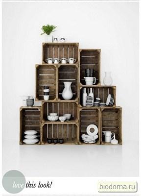 Еще пример того, как деревянная тара становится полками на кухне...