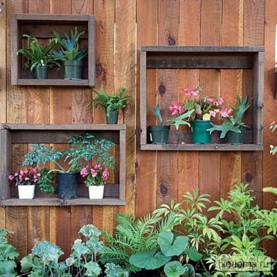 Как сделать ящики для сада? Очень просто. Правда, на фото получилось не совсем то место, где можно выращивать фрукты-овощи, но вот поставить туда несколько цветов для украшений или ящиков с рассадой - вполне...