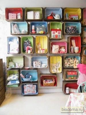 Отличный пример того, как старые ящики даже детскую комнату могут украсить при небольшом усилии с нашей стороны. Кстати, интересная ссылка www.rol-stavni.ru на счет такого яркого света из окон...
