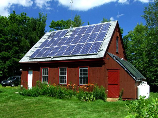 сельский домик в США с солнечными панелями
