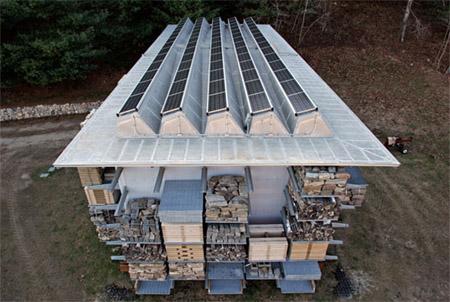 сарай для хранения дров с солнечными панелями