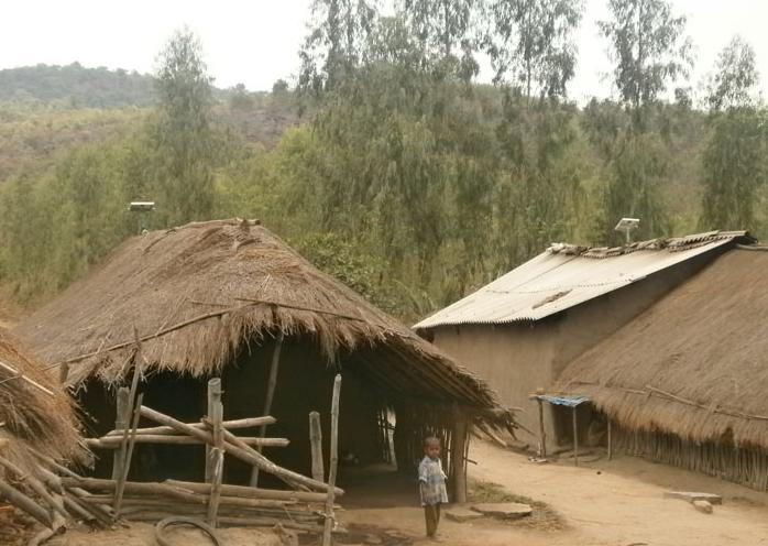 Солнечная панель над бедным домом в Индии