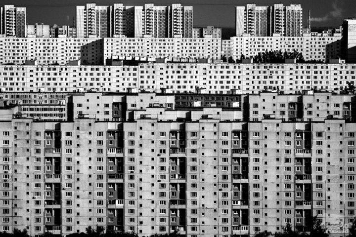 Многоэтажные дома в городе все на одно лицо