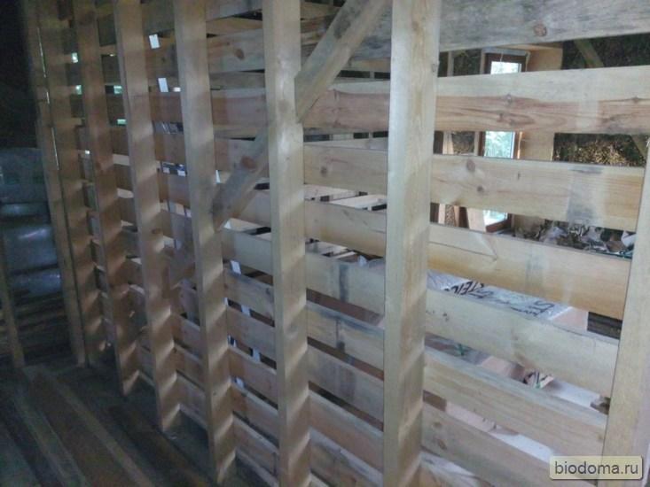 Вид на деревянную перегородку изнутри