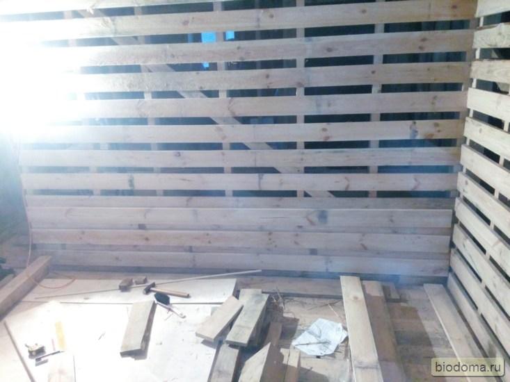 Горит лампа, соломенный дом, деревянная перегородка