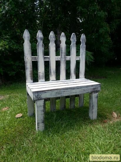 скамейка из старых штакетин от забора