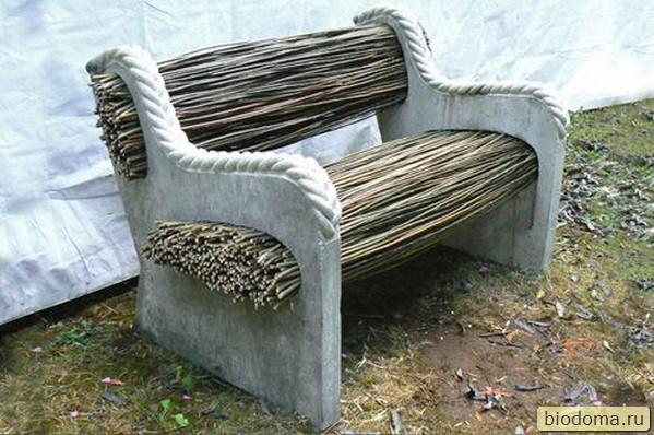 Скамейка из хвороста и бетона