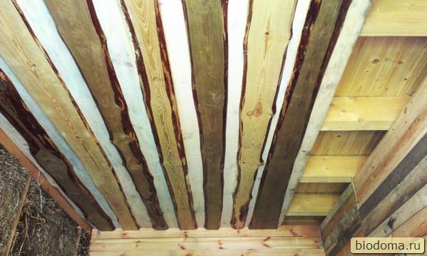 деревянный потолок в комнате