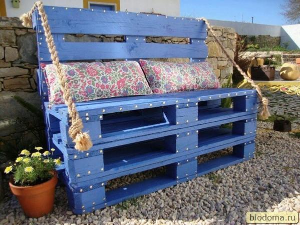 скамейка из паллет синяя