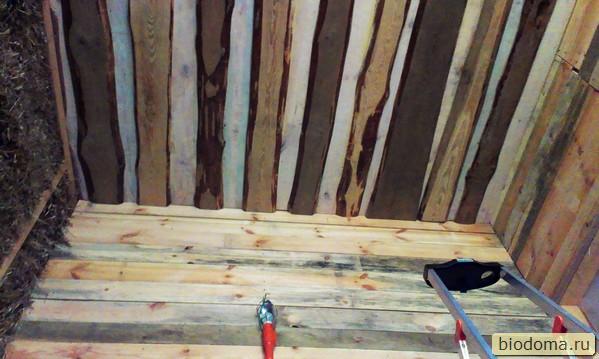 строительный фонарь висит на деревянной стене