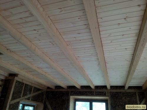 Потолок из вагонки между балок