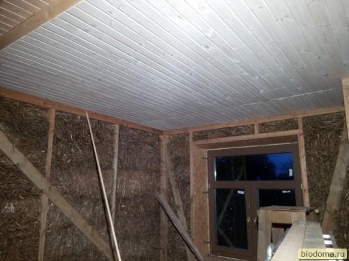 Потолок из вагонки, соломенная стена