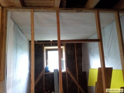 Потолок в ванной обит вагонкой
