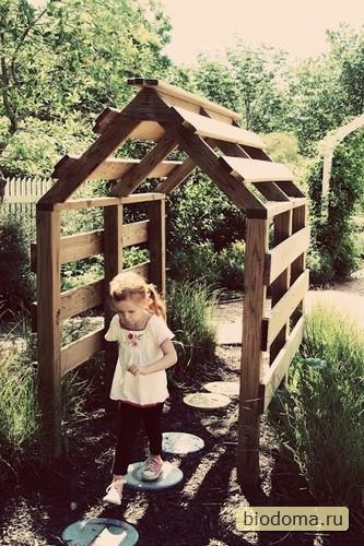 Здесь домик для детей из поддонов сделан более простым, без окраски - главное, закрепить паллеты на уголки и я бы болтами стянул вообще. Мало ли, для детей все-таки...