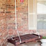 Подвесная скамейка из деревянного поддона