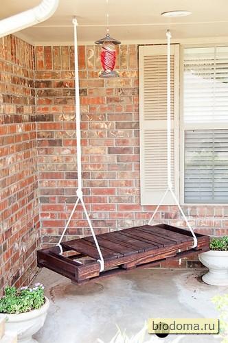 Подвесная скамейка из деревянного поддона (ну и качели из паллет по аналогии можно точно так же сделать)