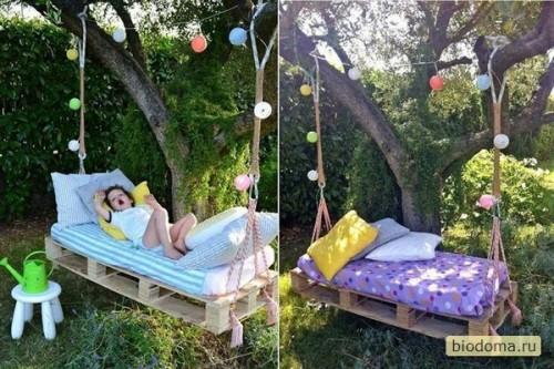 Еще один вариант кровате-качелей в саду, сделанных своими руками из паллет