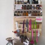 Полка для специй из паллет на кухне своими руками