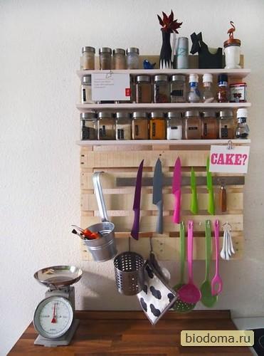 Аналогичная полочка из паллеты на стене кухни - очень удобно, оказывается, хранить на ней мелкие бутылочки и баночки со специями