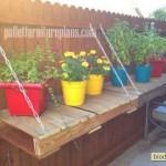 откидная уличная полочка из паллет для растений в горшках