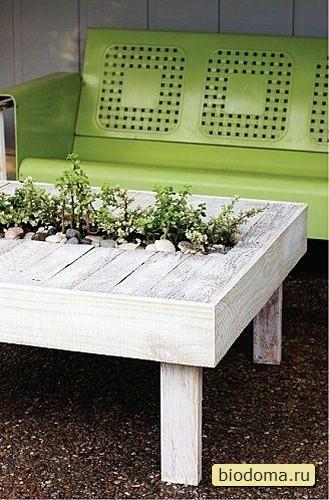 Вау! Просто и со вкусом. Действительно, почему бы не встроить в стол сразу и горшки с землей для растений?