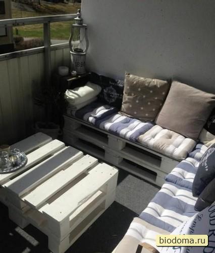Вариант уже обустроенной небольшой веранды-террасы-комнаты с мебелью из деревянных поддонов и накладными подушками