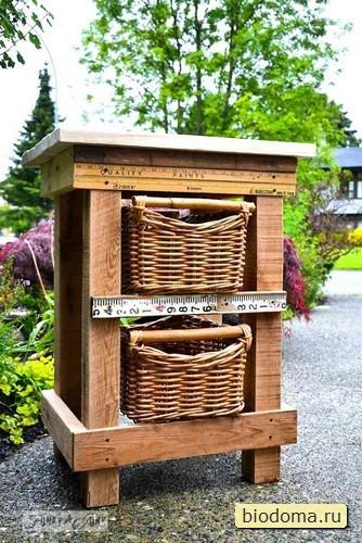 Столик, который похож на улей, а также на известный брендовый вариант :) Но тоже сделан из деревянных поддонов.