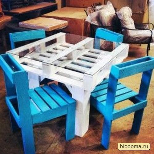 Здесь целый набор - столик и два стула из паллет. У нас похожие наборы продают за 100-150$ - думаю, из поддонов сделать такое будет в три раза дешевле.